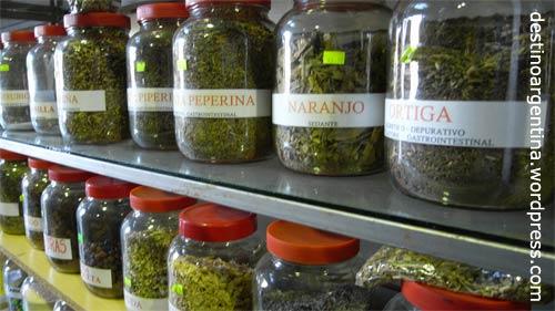 Gewürzregale in einem Shop am Bahnhof Retiro