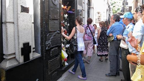 Besucherandrang vor der Grabstätte von Evita (Eva Peron) im Cementario de la Recoleta in Buenos Aires