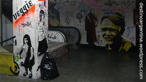 Graffiti in den Galerías Bond Street in der Avenida Santa Fe in Buenos Aires