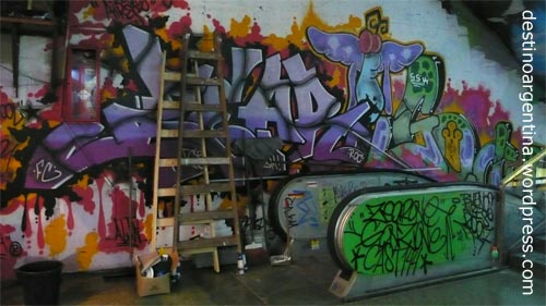Graffitis an einer Rolltreppe in der Galería Bond Street in Avenida Santa Fe in Buenos Aires
