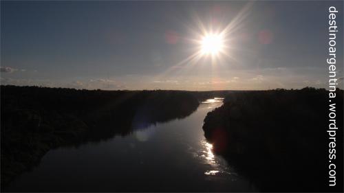 Río Iguazú als natürliche Grenze zwischen Argentinien und Brasilien bei Foz do Iguaçu