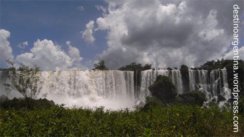Isla San Martin mit Blick auf den gleichnamigen Wasserfall im Iguazú Nationalpark in Argentinien