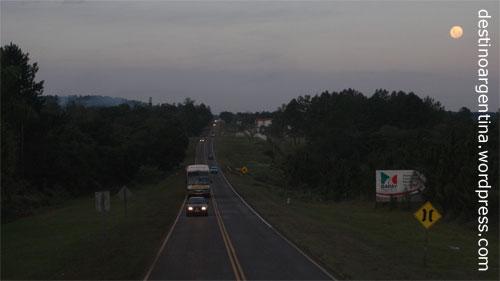 Mond über der Ruta 12 in Misiones in Argentinien