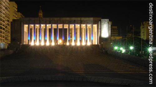 Nacht über dem Propileo des Monumento a la Bandera in Rosario in Argentinien