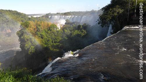 Panorama Iguazú Wasserfälle mit Salto Bossetti im Vordergrund im Nationalpark in Argentinien
