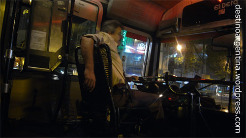 Relaxt Busfahren im Colectivo 93 morgens um 6 Uhr in Palermo in Buenos Aires, Argentinien