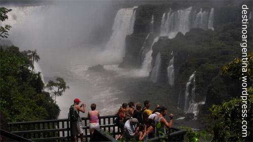 Aussichtsplattform mit Blick auf den Salto Tres Mosqueteros im Parque Nacional Iguazú in Argentinien