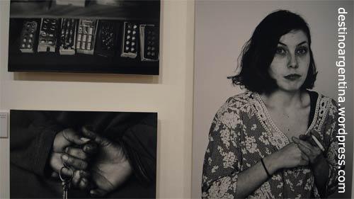 """Die Schauspielerin Maria auf einem Foto von Matias Sacchi Szaqii in der Ausstellung """"Vidas Sitiadas"""" im Centro Cultural Borges"""