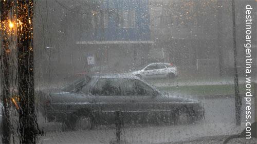 Sintfluartiger Regen durch Fenster eines Cafés am Boulevard Oroño in Rosario, Argentina