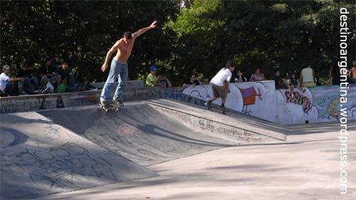 Skateboarding im Parque del Centenario in Caballito, Buenos Aires