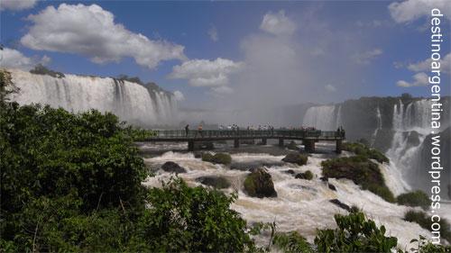 Steg an den Schlund des Teufels im Parque Nacional do Iguaçu in Brasilien