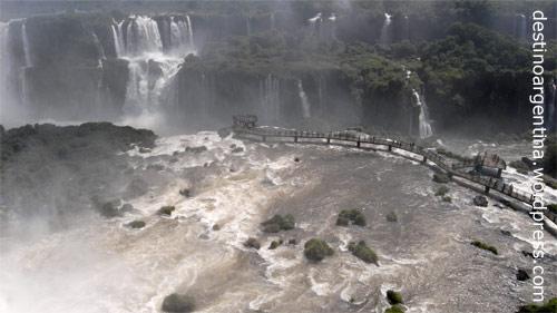 Erfrischende Gischt am Steg zur Garganta del Diablo im Parque Nacional do Iguaçu in Brasilien