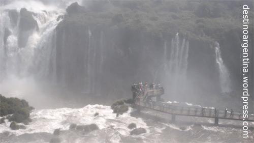 Gischt zum Duschen am Steg oberhalb des Wasserfalls Santa Maria mit Blick in die Garganta del Diablo im Parque Nacional do Iguaçu in Brasilien