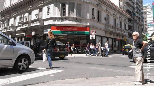 Strasenkreuzung an der Calle San Lorenzo in Rosario im Stadtteil Centro