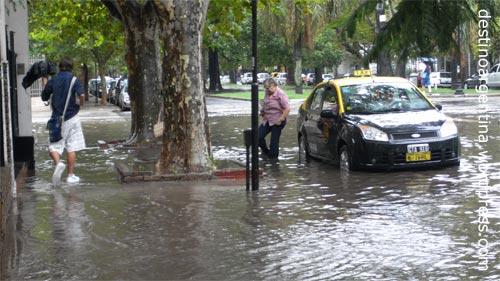 Taxi in die Flut nach einem heftigen Regen in Rosario, Argentinien