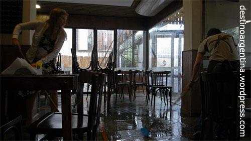 Überflutetes Café am Boulevard Oroño in Rosario, Argentinien