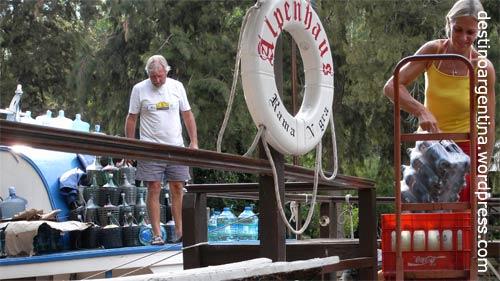 """Versorgungsboot am Restaurant """"Alpenhaus"""" im Paraná-Delta in Tigre nahe Buenos Aires"""