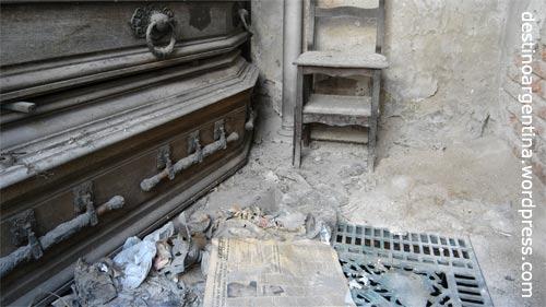 Verwahrloste Gruft auf dem Cementario de la Recoleta in Buenos Aires