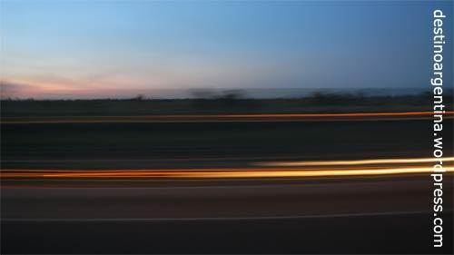 Vorbeiziehende Autos auf der Busfahrt von Buenos nach Iguazú