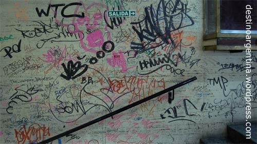 Zugetaggte Wand in den Galerías Bond Street in der Avenida Santa Fe in Buenos Aires, Argentinien