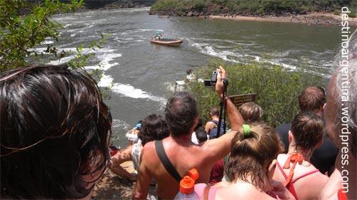 Warten auf die Überfahrt zur Isla San Martín im Iguazú Nationalpark in Argentinien