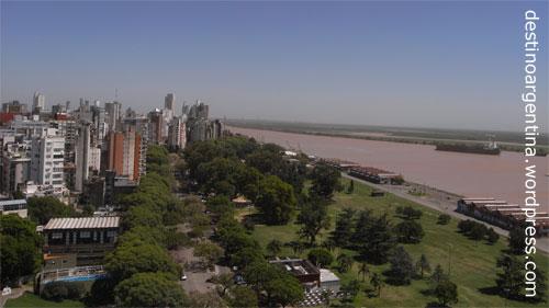Die argentinische Stadt Rosario mit Río Paraná vom Monumento a la Bandera