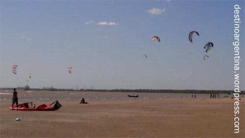 Kiter und Drachen auf dem Inselstrand im Río Paraná in Rosario Argentinien