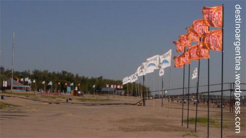 Beflaggte Strände auf der Insel im Río Paraná in Rosario, Argentinien