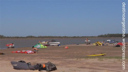 Las Islas im Río Paraná mit Kite-Surfern in Rosario, Argentinien