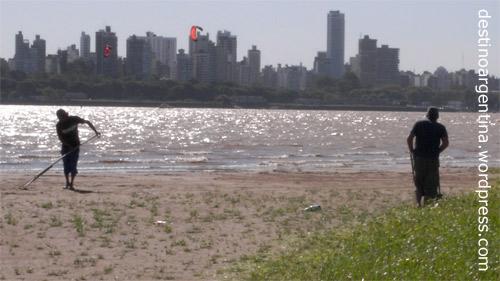 Rasenmähen und Strandpflege auf der Insel im Río Paraná in Rosario, Argentinien
