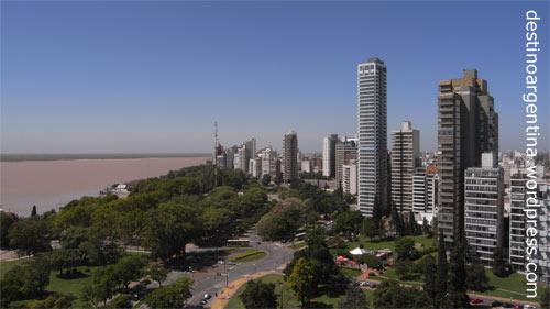 Die argentinische Stadt Rosario von oben mit Río Paraná vom Monumento a la Bandera